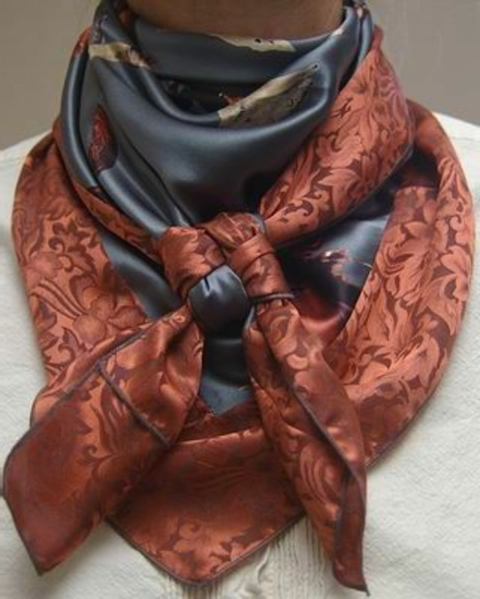 nouer-son-foulard-style-country-chic-avec-foulard-en-soie