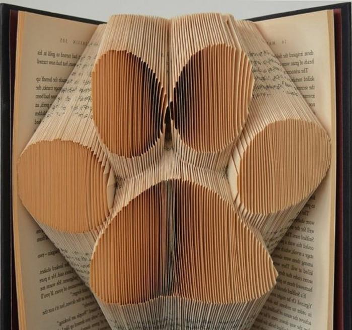 origami-livre-une-patte-plié-en-papier-de-livres