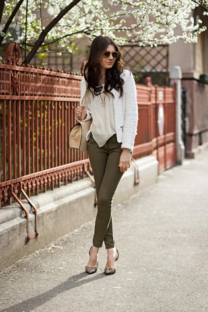pantalon-kaki-vision-chic-et-féminine-en-couleurs-qui-se-marient-parfaitement
