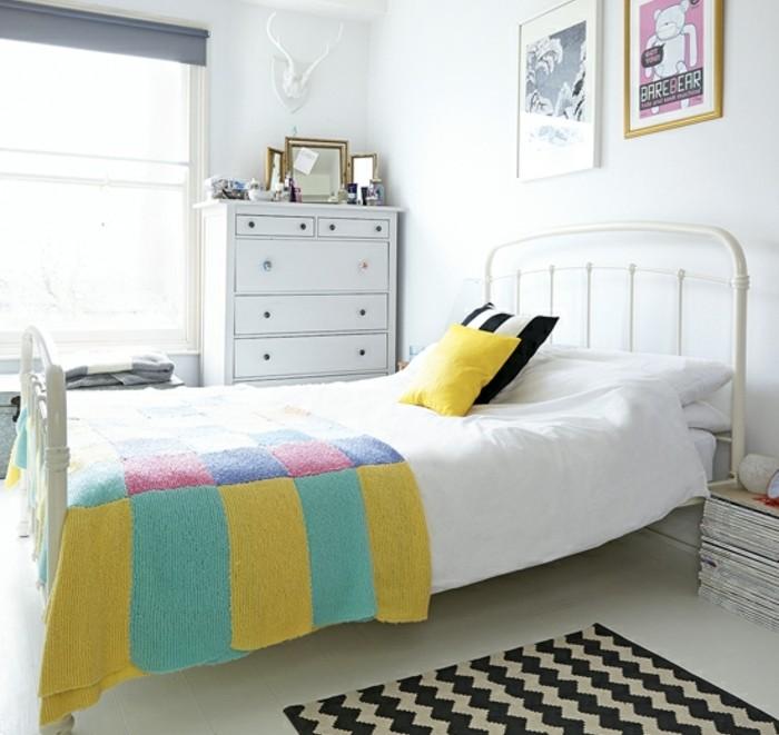 peinture-blanche-linge-de-lit-couverture-de-lit-multicolore-et-affiches-interessantes-au-dessus-du-lit-modele-de-chambre-scandinave