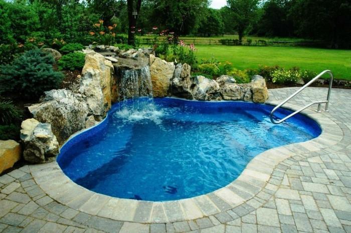 petit-bassin-de-jardin-eau-pure-et-claire-nature-d'-été