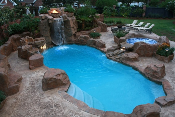 petit-bassin-de-jardin-nuit-d'été-avec-des-lumières-et-feu-allumée