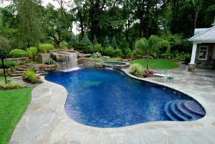 petit-bassin-de-jardin-paradis-privé-plantes-et-arbres-verts