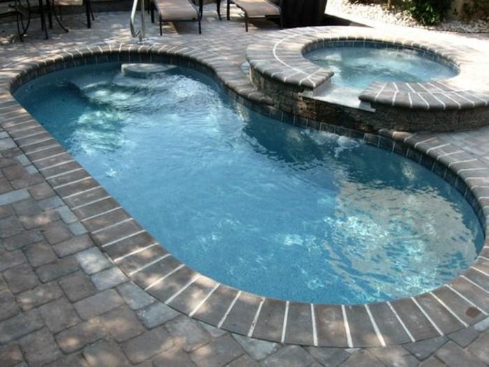 petit-jardin-petit-coque-piscine-en-forme-de-rein