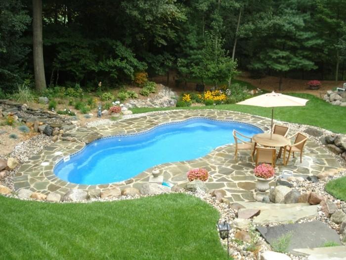 petite-piscine-coque-bordee-de-dallaes-et-gazon-jardin-pres-de-la-nature