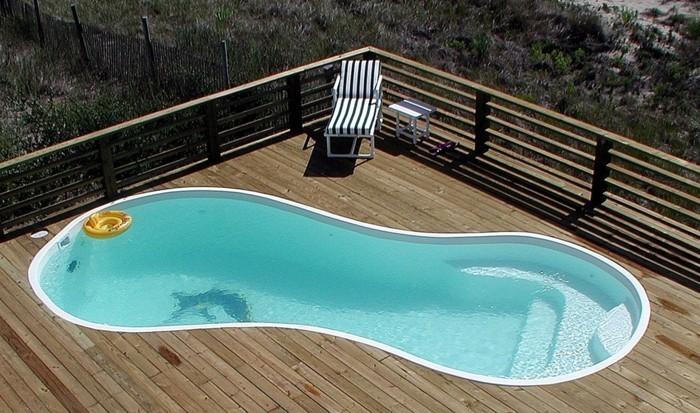petite-piscine-coque-hors-terre-jolie-terrasse-en-bois