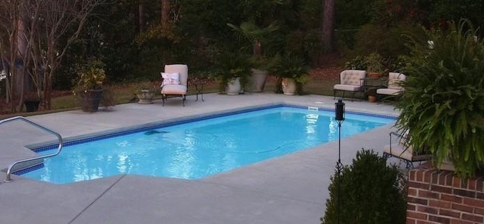 petite-piscine-en-coque-dallage-petit-jardin-classique