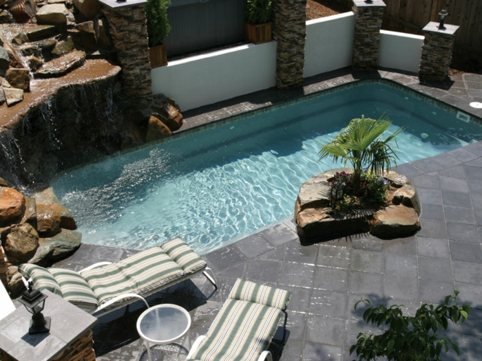 petite-piscine-enterree-revetement-en-polyester-faux-rochers-cascade-jardin-exotique
