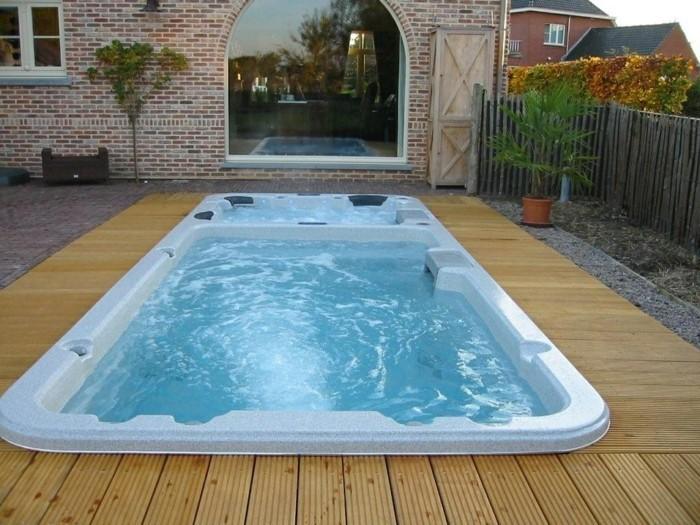 petite-piscine-enterree-revetement-polyester-plage-de-piscine-en-bois