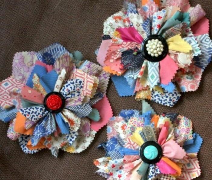 petites-pieces-de-tissu-multicolores-utilisées-pour-constituer-des-fleurs-en-tissu-pour-une-deco-flashy-comment-faire-une-fleur-en-tissu