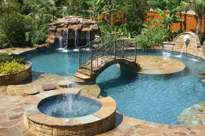 piscine-de-reve-avec-un-pont-en-fer-forgé-et-pierre-fontaine