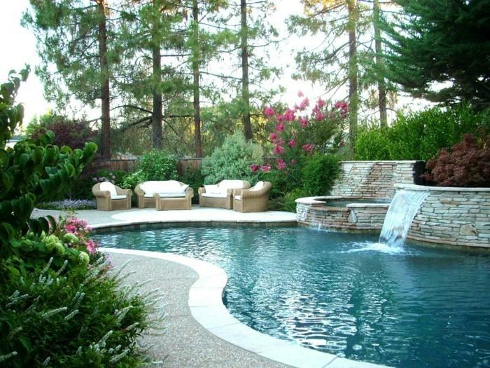 piscine-de-reve-cascade-en-pierre-salon-de-jardin-en-bois