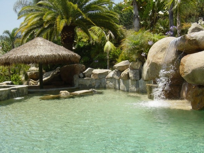 piscine-de-reve-inspiration-tropicale-construction-en-pierre