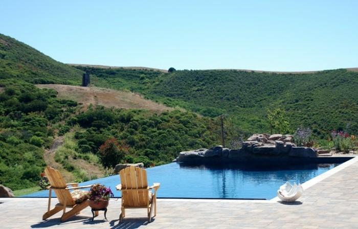 piscine-de-reve-vue-incroyable-de-votre-jardin-transats-en-bois