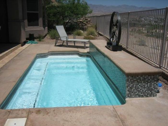 piscine-en-coque-au-design-epure-petit-jardin-plage-en-beton