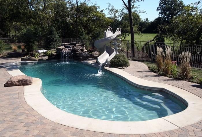 piscine-en-coque-forme-libre-margelle-en-beton-dallage