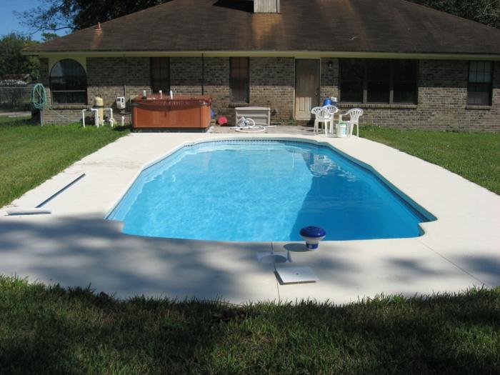 piscine-en-coque-polyester-jardin-recouvert-de-gazon