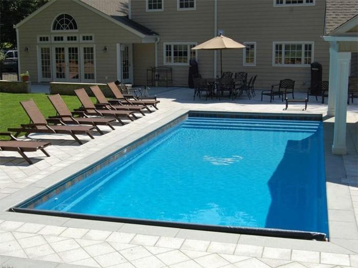 piscine-en-coque-traditionnelle-chaises-longues-carrelage