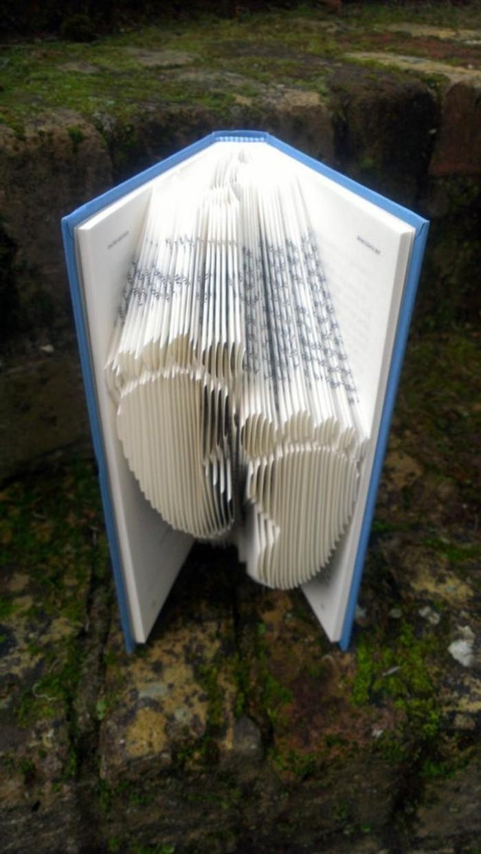pliage-de-livre-deux-empreintes-de-pas-dans-les-pages
