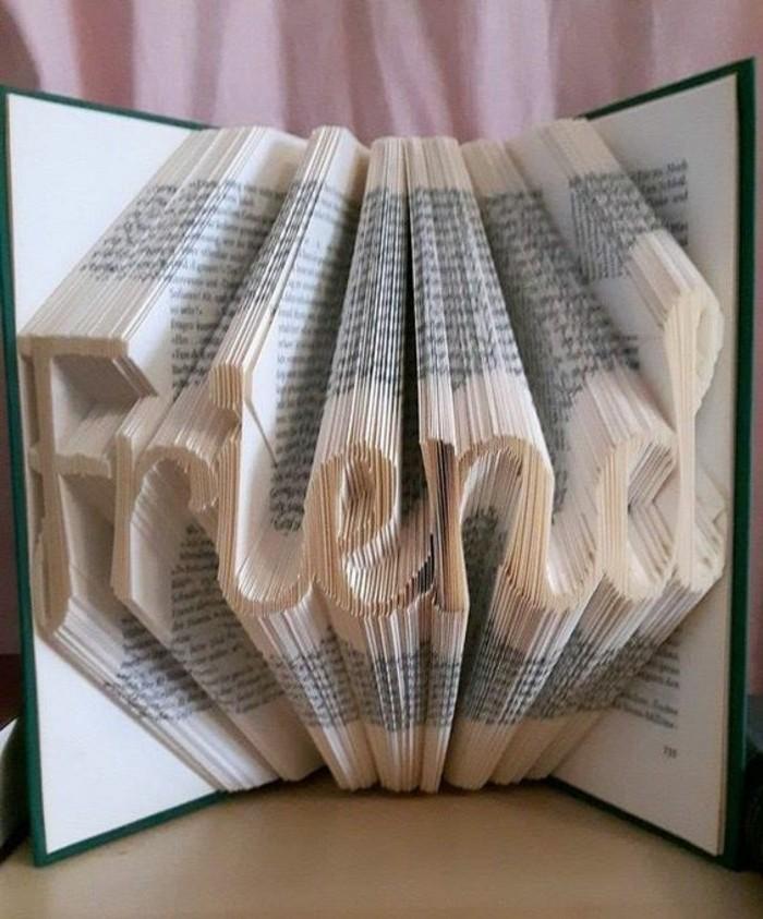 pliage-de-livre-former-des-figures-originales-avec-des-livres