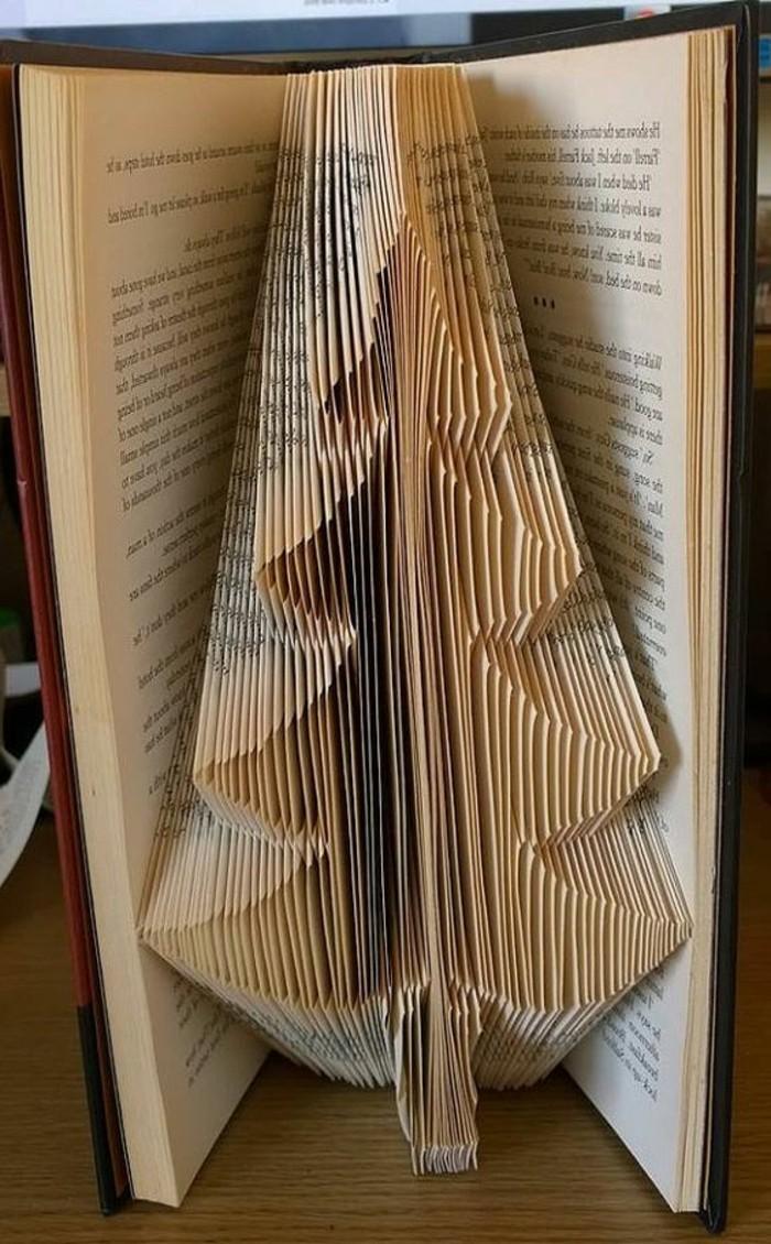 pliage-de-livre-un-sapin-formé-avec-les-pages-d'un-livre