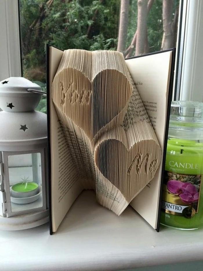 pliage-livre-coeur-deux-coeurs-sculptés-sur-les-pages-d'un-livre
