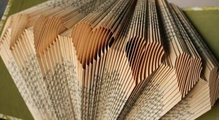 pliage-livre-coeur-plusieurs-coeurs-pliés-avec-les-pages-d'un-livre