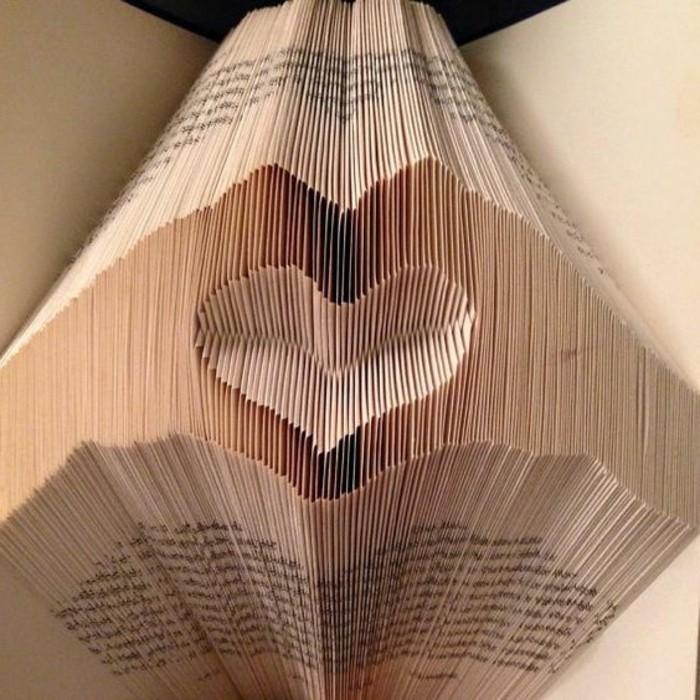 pliage-livre-deux-mains-qui-forment-un-coeur-sculpture-sur-livre