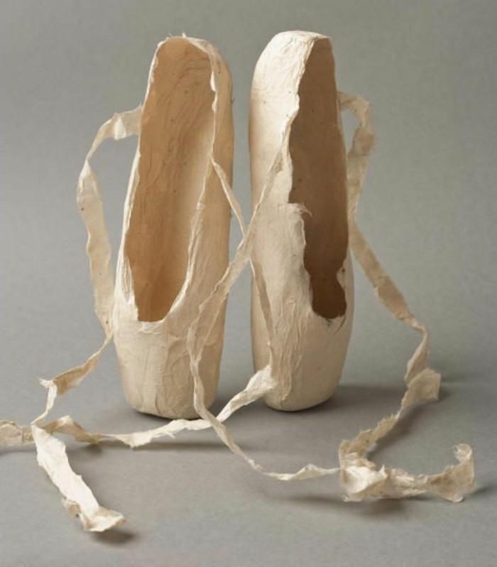 pointes-de-danse-blanches-en-papier-maché-réalisés-avec-de-la-colle-papier-maché-resized