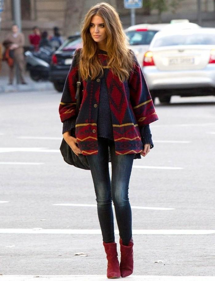 poncho-cape-beauté-féminine-naturelle-cheveux-bruns-bottines-rouges