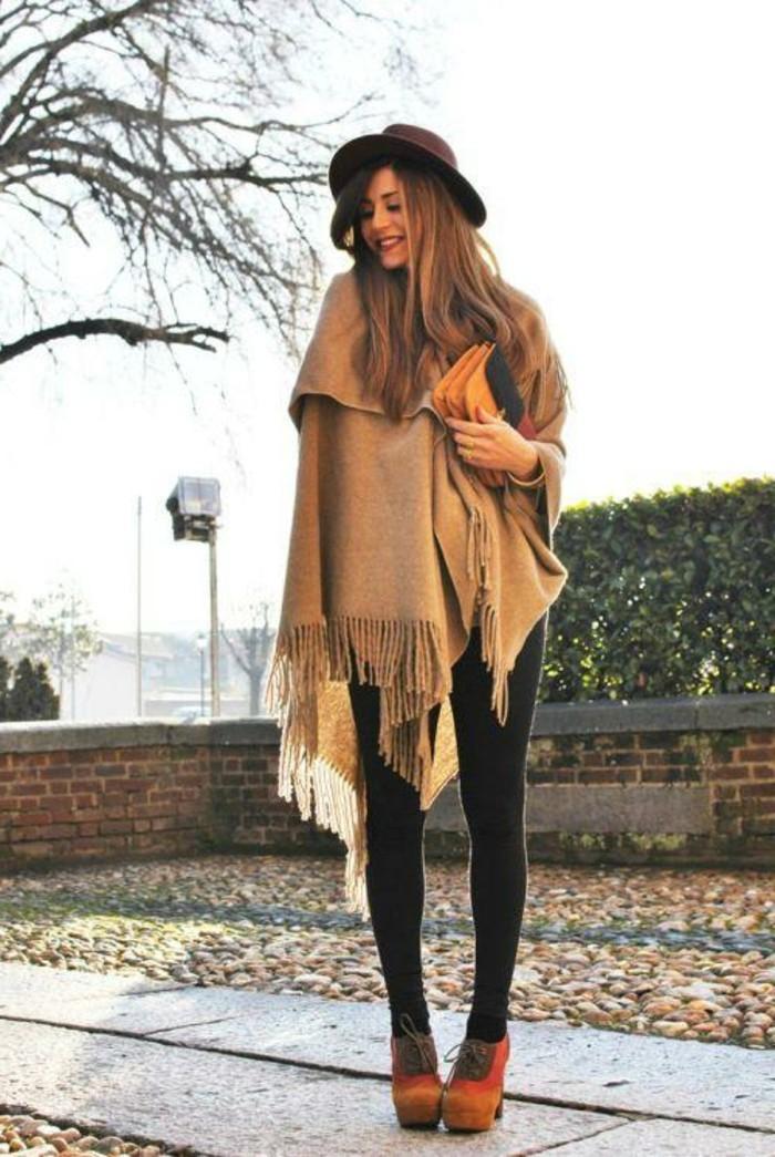 poncho-cape-sourire-aimable-chapeau-pantalon-noir-cape-beige-humeur-d'automne