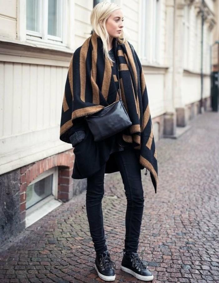 poncho-femme-hiver-air-simple-et-moderne-cape-en-beige-et-noir-cheveux-blonds