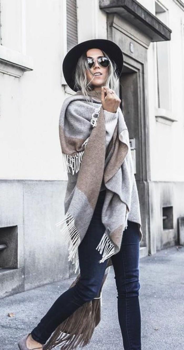 poncho-femme-hiver-cape-a-fringes-boho-chic-style-en-gris-et-beige
