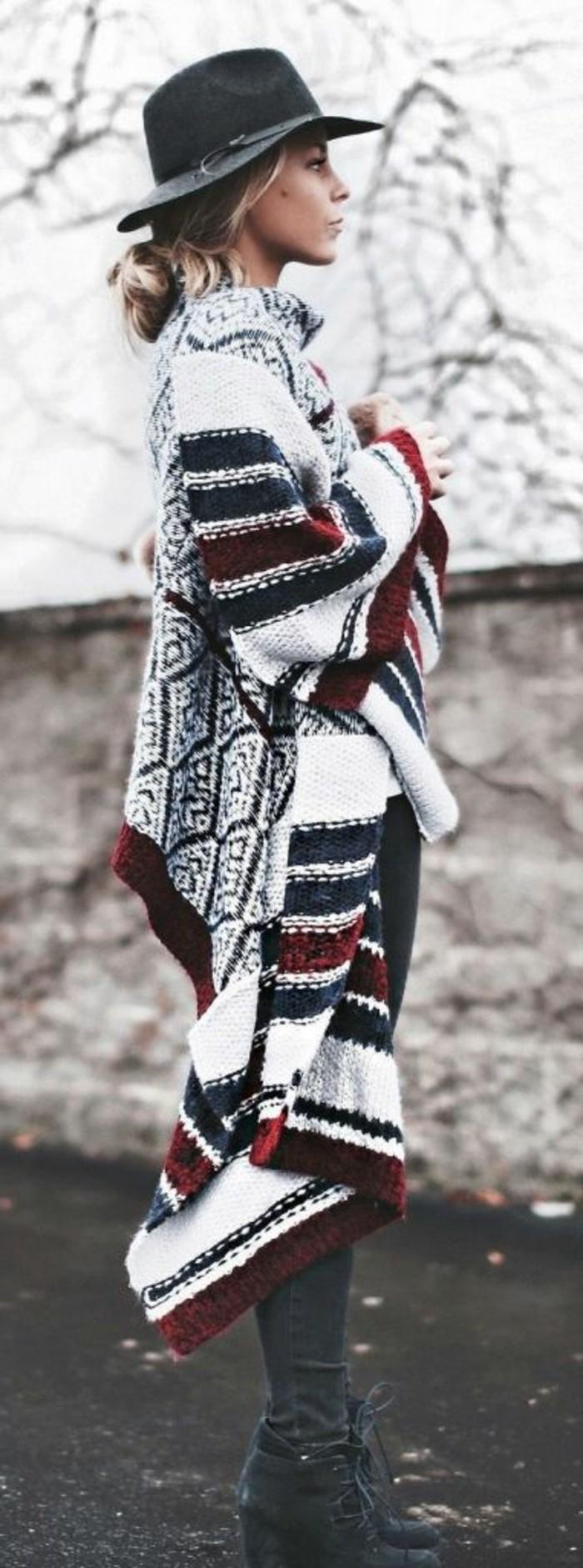 poncho-femme-hiver-chapeau-noir-cape-en-rouge-noir-et-blanc
