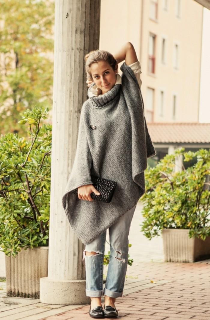 poncho-femme-hiver-combiner-avec-une-paire-de-jeans-déchirés
