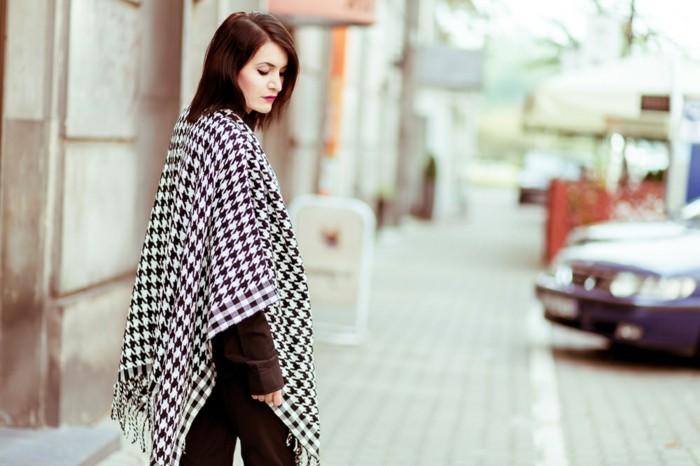 poncho-femme-hiver-confidence-modele-en-blanc-et-noir-cheveux-rouges