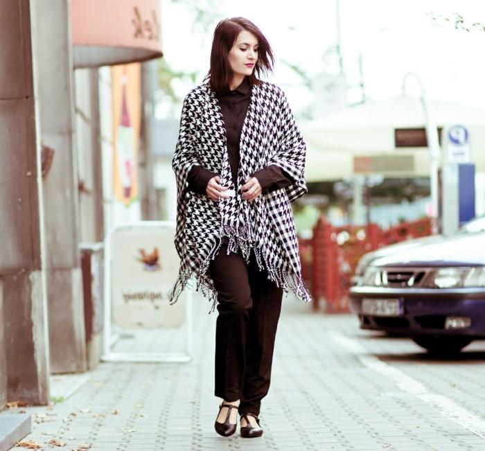 poncho-femme-hiver-confidence-pantalon-et-chaussures-noirs
