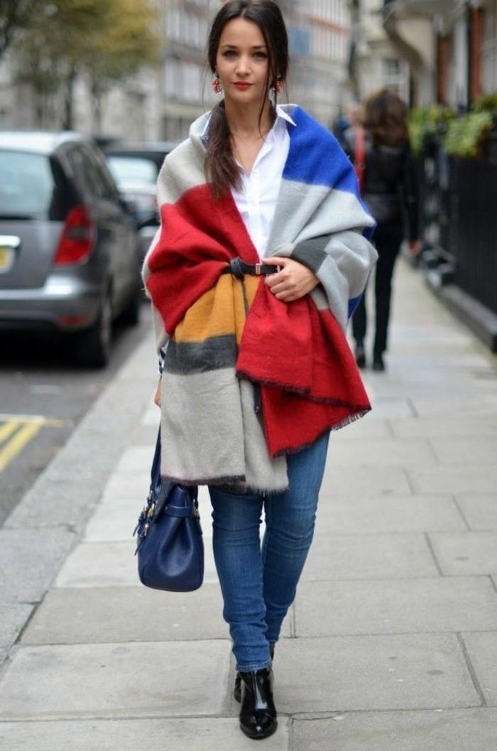 poncho-femme-hiver-en-couleurs-fraîches-rouge-jaune-bleu-chemise-blanche