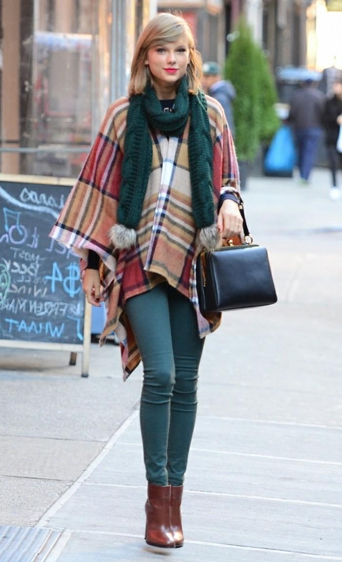 poncho-femme-hiver-taylor-swift-pantalon-vert-levres-rouges-écharpe-d'hivert-vert-avec-pompons