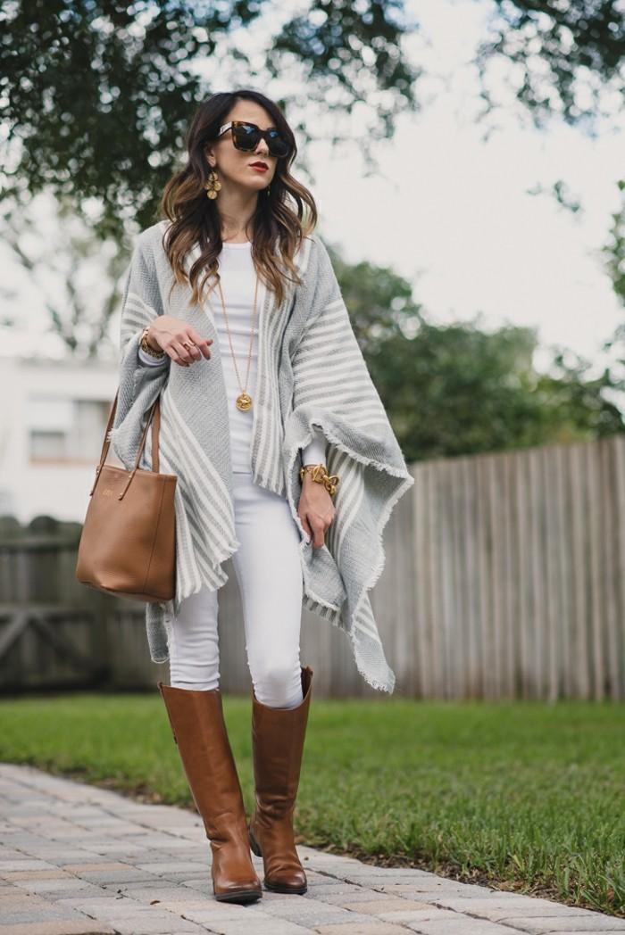 poncho-manteau-bijoux-accessoires-en-or-sac-a-main-bottines-marron