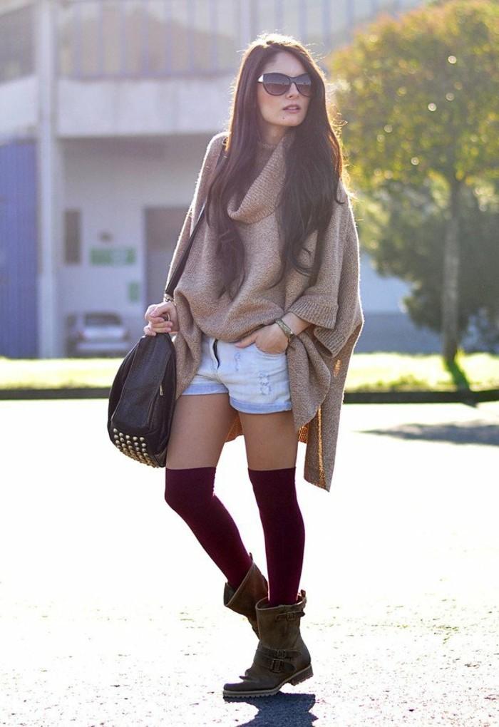 poncho-manteau-combiner-avec-des-shorts-denim-et-chaussettes-longues-rouges