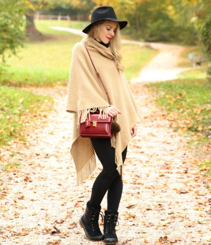 poncho-manteau-forêt-d'-automne-vision-chic-chapeau-noir-sac-a-main-rouge
