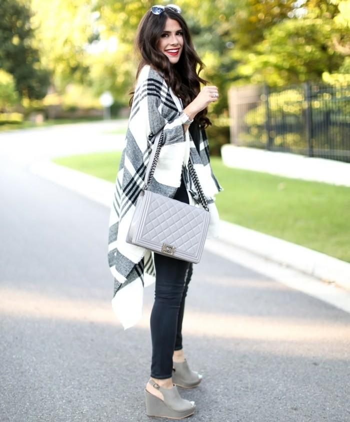 poncho-manteau-levres-rouges-sac-a-mains-et-chaussures-en-gris
