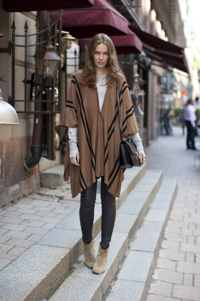 poncho-manteau-marron-en-lignes-noires-blouse-en-gris-regard-confident