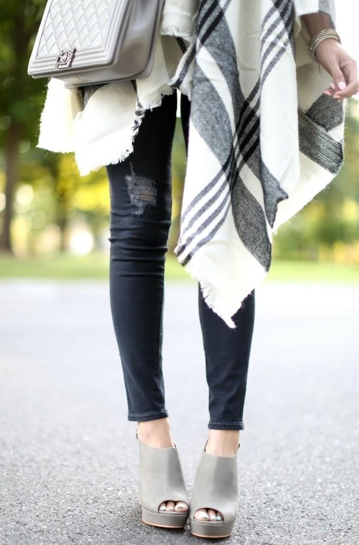 poncho-manteau-paire-de-jeans-déchirés-bijoux-sandales-gris