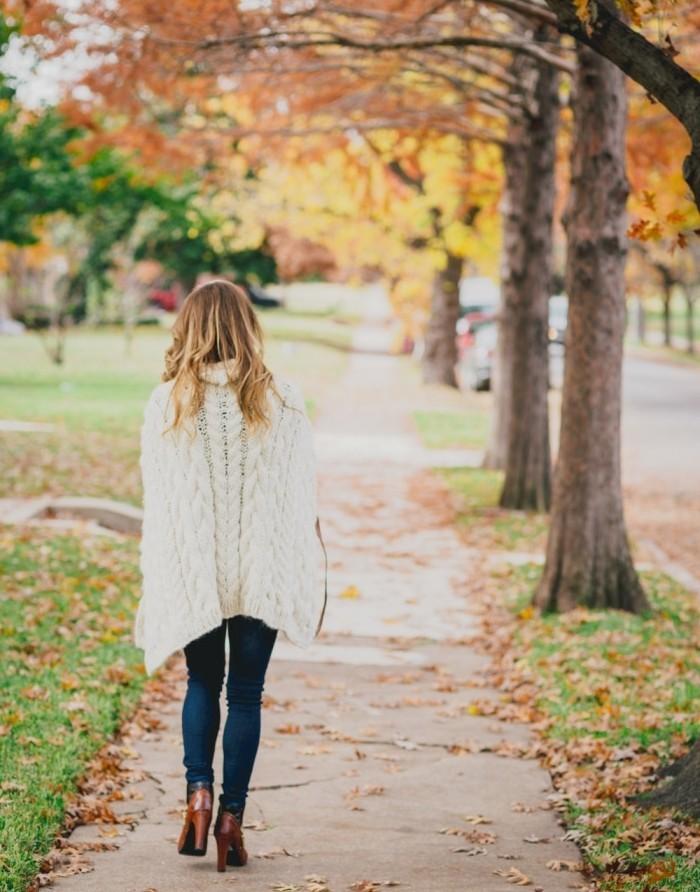 poncho-manteau-promenade-d'automne-tenue-cozy-chic