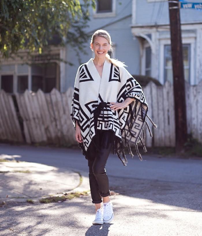 poncho-manteau-simplicité-vision-en-blanc-et-noir-baskets