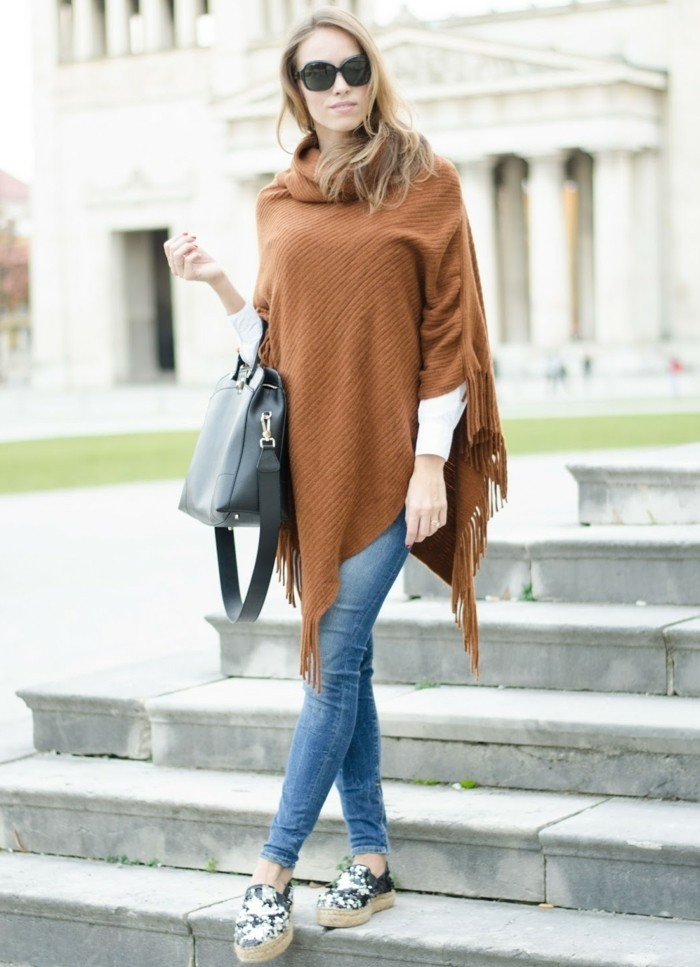 poncho-manteau-vision-élégante-cape-marron-paire-de-jeans