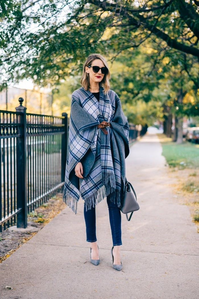 poncho-manteau-vision-élégante-en-bleu-et-gris-lunettes-de-soleil