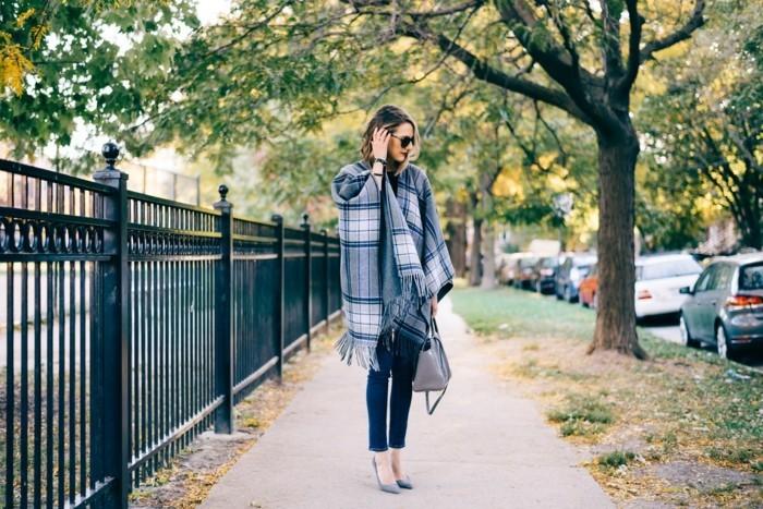 poncho-manteau-vision-levres-rouges-chaussures-hautes-et-grises-sac-a-main-en-cuir